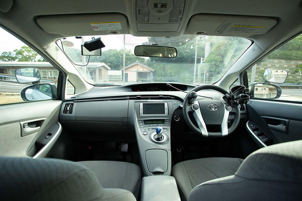 自動車運転再開のためのリハビリテーション(ドライビングサポート)用の練習用車両(プリウス)の運転席